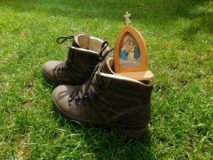 Mit Schuhen an den Füßen Spuren hinterlassen